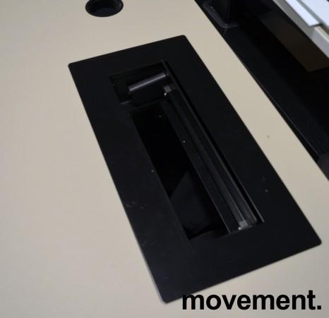 Skrivebord med elektrisk hevsenk fra Horreds, 140x90cm, gråbeige / sort, kabelluke, pent brukt bilde 3