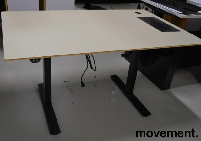 Skrivebord med elektrisk hevsenk fra Horreds, 140x90cm, gråbeige / sort, kabelluke, pent brukt bilde 1