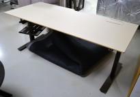 Skrivebord med elektrisk hevsenk fra Horreds, 180x80cm, gråbeige / sort, kabelluke, pent brukt