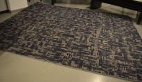 Designteppe fra Kymo, DGTL One, dark blue & stone grey, 420x340cm, håndtuftet i 100% ull, pent brukt