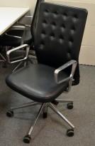 Konferansestol / kontorstol fra Vitra, modell ID Trim i sort skinn, strøken 2015-modell