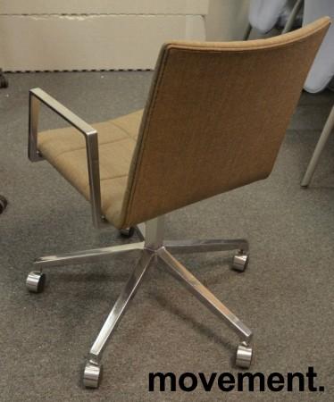 Lekker konferansestol  på hjul i gråbrunt stoff / polert aluminium, Lammhults Archal, pent brukt bilde 2