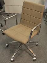 Lekker konferansestol  på hjul i gråbrunt stoff / polert aluminium, Lammhults Archal, pent brukt