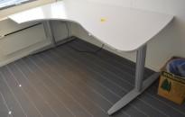 Elektrisk hevsenk skrivebord fra Kinnarps T-serie i lyst grått, 210x120cm hjørneløsning sving v.s., pent brukt