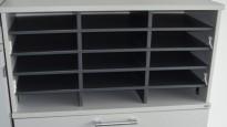 Innsats til posthylle fra Kinnarps i mørk grå, passer til Kinnarps E-serie, 15rom, pent brukt