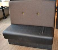 Sittebenk / restaurantmøbel i sort kunstskinn / grått stoff rygg med knapp, 120cm bredde, 2 sitteplasser, pent brukt
