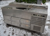 Kjølebenk med kjøleskuffer på hjul, arbeidsbenk i rustfritt, garnityrkjøler i platen, fin som pizzabenk, 187cm bredde, pent brukt