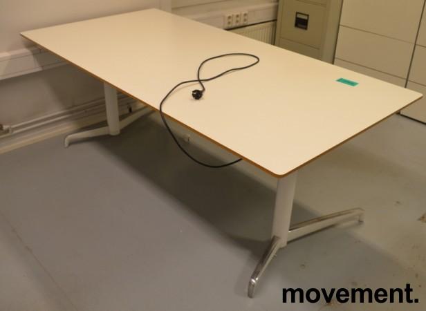 Lekkert skrivebord med elektrisk hevsenk fra Holmris, Modell: Genese, 180x90cm, hvitt, pent brukt bilde 2