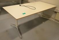 Lekkert skrivebord med elektrisk hevsenk fra Holmris, Modell: Genese, 180x90cm, hvitt, pent brukt