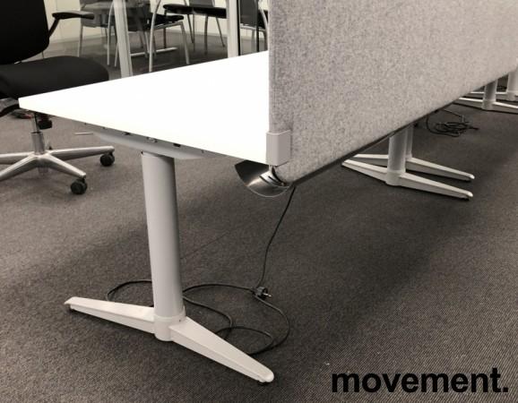 Skrivebord med elektrisk hevsenk fra Edsbyn i hvitt / grått, 160x80cm med kabelluke og kabelbrønn, ny plate, pent brukt understell bilde 2