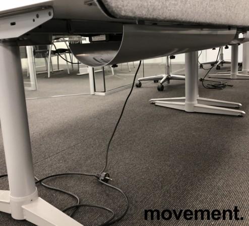Skrivebord med elektrisk hevsenk fra Edsbyn i hvitt / grått, 160x80cm med kabelluke og kabelbrønn, ny plate, pent brukt understell bilde 4
