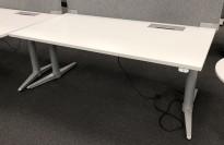 Skrivebord med elektrisk hevsenk fra Edsbyn i hvitt / grått, 160x80cm med kabelluke og kabelbrønn, ny plate, pent brukt understell
