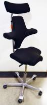 Ergonomisk kontorstol: Håg Capisco 8107 i sort stoff, 69cm sittehøyde, med nakkepute, pent brukt