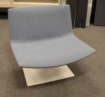 Lekker loungestol, Arper Catifa 80 rectangular base i blått stoff / hvitt, pent brukt