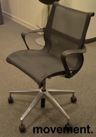 Konferansestol på hjul i mørk grå mesh, pent brukt bilde 1