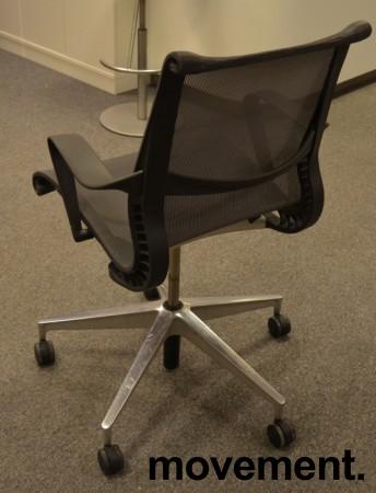 Konferansestol på hjul i mørk grå mesh, pent brukt bilde 2