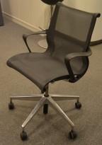 Konferansestol på hjul i mørk grå mesh, pent brukt