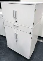 Kinnarps Serie-E skap med dører og skuff, i hvitt, 80cm bredde, 137,5cm høyde, pent brukt