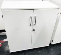 Kinnarps Serie-E skap 2H med dører, i hvitt, 80cm bredde, 85,5cm høyde, pent brukt