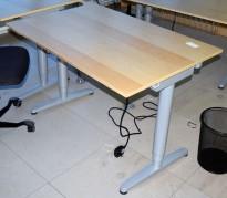 Kompakt Ikea Galant skrivebord 120x80cm med elektrisk hevsenk, bjerk finer bordplate, grått understell, pent brukt