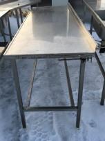 Arbeidsbenk i rustfritt stål 180cm bredde, 63cm dybde, 92cm høyde, pent brukt