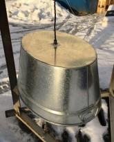 Taklampe / pendellampe, laget av en sinkbalje, artig lampe, pent brukt