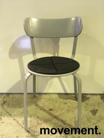 Solid kafestol / restaurantstol fra LaPalma, modell Stil, grått metall med antrasitt pute i polyuretan, brukt bilde 1