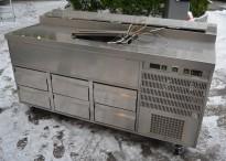 Kjølebenk med kjøleskuffer på hjul, arbeidsbenk i rustfritt, garnityrkjøler i platen, fin som pizzabenk, 182cm bredde, pent brukt