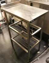 Liten arbeidsbenk / sidebord / utstyrsbord i rustfritt stål, 40cm bredde, 60,5cm dybde, pent brukt