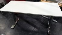 Kompakt møtebord / arbeidsbord fra Kinnarps i hvitt/krom, 140x60cm, 74cm høyde, pent brukt