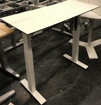 Lekkert, kompakt skrivebord fra Dencon, i hvitt / sort kant, hvitt understell, 100x46cm, 88cm høyde, pent brukt