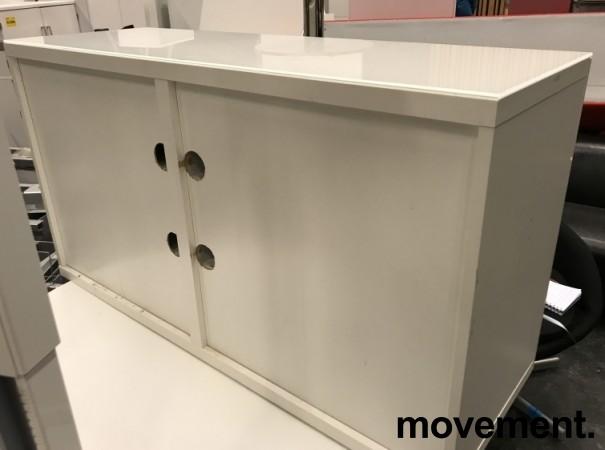 Skjenk / mediabenk i hvitt, highgloss dører, topp-plate i hvitt glass, 120cm bredde, 65,5cm høyde, pent brukt bilde 3
