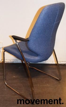 Kinnarps Monroe konferansestol i lys blå ullfilt / krom, armlener i sort, pent brukt bilde 2