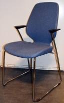 Kinnarps Monroe konferansestol i lys blå ullfilt / krom, armlener i sort, pent brukt