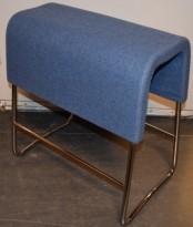 Materia Plint barpall / barkrakk i gråblå ullfilt / krom, bredde 58cm, høyde 65cm pent brukt