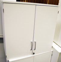 Kinnarps E-serie 2H toppmodul for ringpermreol, med dører i hvitt, 78,5cm høy påbyggmodul, pent brukt