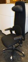 HÅG H09 9130 i sort stoff, nedfellbar armlene med skinn, fotkryss i sort, pent brukt