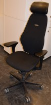 Kontorstol: Kinnarps Plus[8] i sort stoff med gel-armlener, høy rygg og nakkepute i skinn, pent brukt