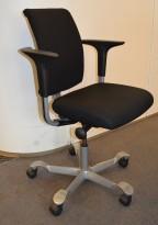 HÅG H05 5300 kontorstol i sort stoff, armlener i sort, fotkryss i grått, pent brukt - KAMPANJE
