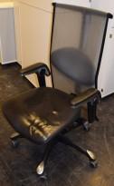 Kontorstol: Håg Inspiration H09 9220 i sort skinn / mesh, litt patinert skinn, småslitasje, pent brukt