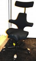 Ergonomisk kontorstol: Håg Capisco 8107 i sort stoff, sort kryss, 69cm sittehøyde, nakkepute, pent brukt