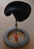 Kontorstol: BackApp ergonomisk kontorstol i sort mikrofiber / comfort med rød kule, pent brukt