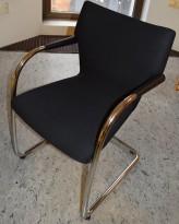 Lekker Vitra konferansestol, modell VISASTRIPES, sort stoff / krom understell, Antonio Citterio, pent brukt