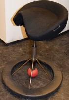 Kontorstol: BackApp ergonomisk kontorstol i sort Gaja ullstoff med rød kule, pent brukt
