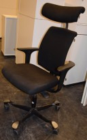 HÅG H05 5300 kontorstol i sort stoff, armlener i sort, fotkryss i sort, Nakkepute, pent brukt