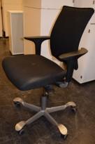 HÅG H05 5400 kontorstol i sort stoff, armlener i sort, fotkryss i sølv, pent brukt - KAMPANJE
