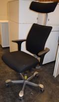 HÅG H05 5400 kontorstol i sort stoff, armlener i sort, fotkryss i sølv, Nakkepute, pent brukt