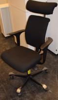 HÅG H05 5400 kontorstol i sort stoff, armlener i sort, fotkryss i sort, Nakkepute, pent brukt