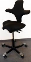 Ergonomisk kontorstol fra Håg: Capisco 8106, sort stoff / sort fotkryss, 69cm maxhøyde, pent brukt