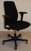 Kontorstol: Kinnarps 5000-serie i sort stoff, gel-armlener, sort kryss, pent brukt